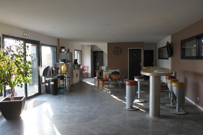 Intérieur du Club house vue sur cuisine